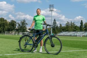 Adam Zrelak prezentuje rower Groclin fot. Karolina Iwanska